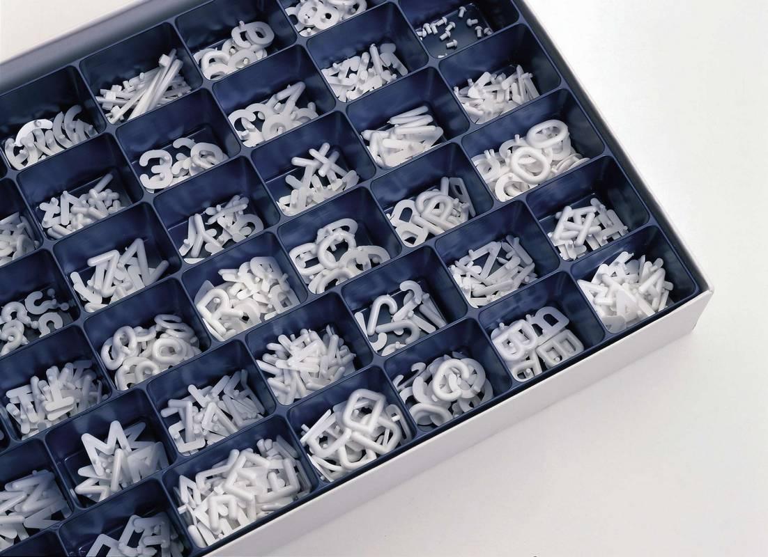 Box s roztříděnými písmeny, číslicemi a znaky, v. 12 mm