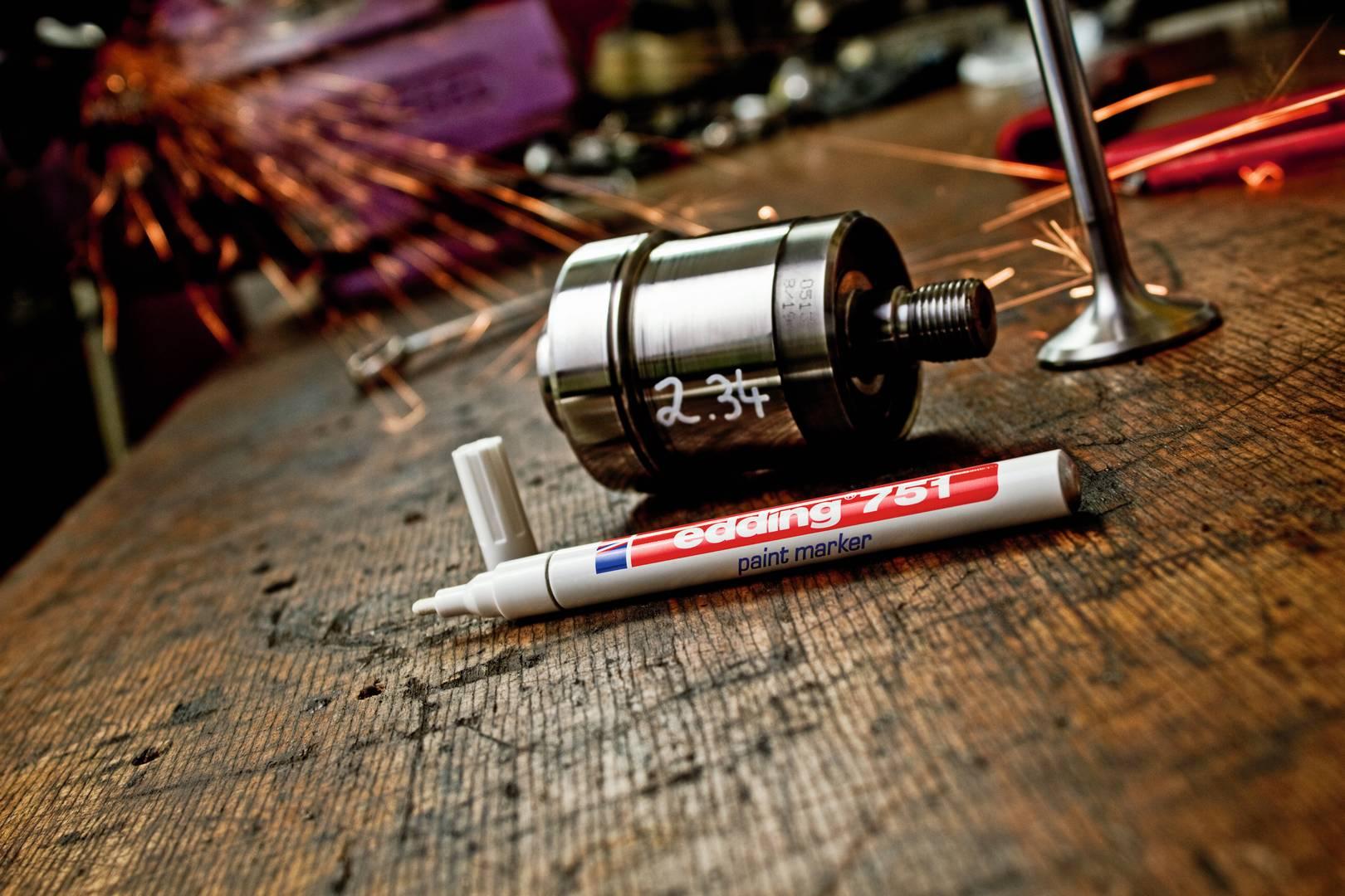 edding 751 lakový popisovač, kulatý hrot 1-2 mm